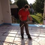 Chef beim Verlegen einer Fußbodenheizung